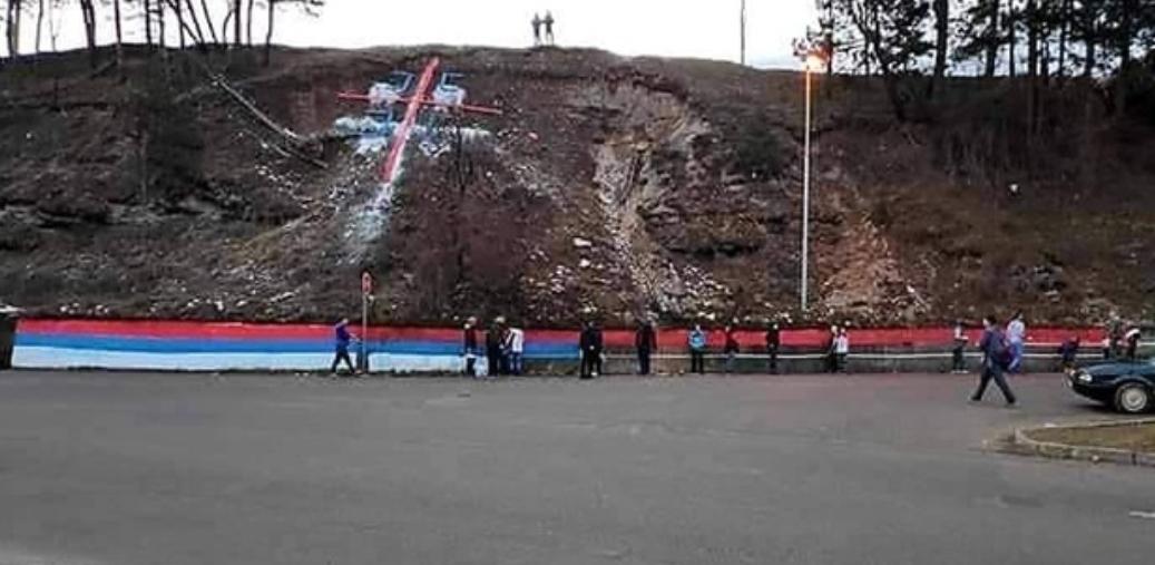 """Режим у Подгорици хтио да удари на БЕРАНЕ: Полиција """"ТИПОВАЛА"""" младиће док су сликали мурал, па се повукла (ВИДЕО)"""