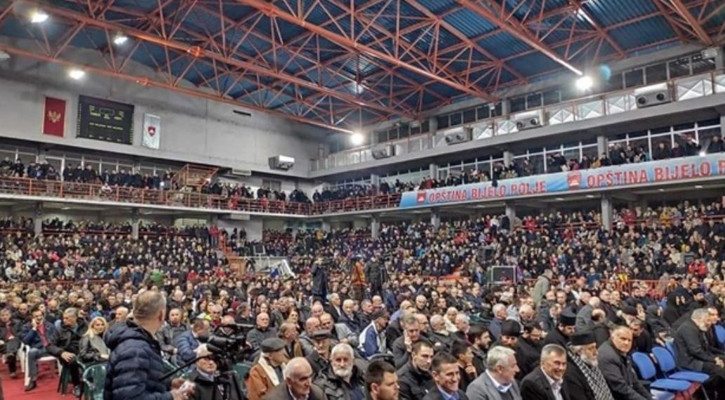 """Светосавска академија у Бијелом Пољу: Неколико хиљада грађана углас пева """"Сини јарко сунце са Косова"""" (ВИДЕО)"""