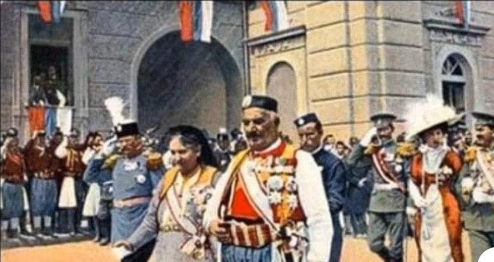 Краља Николу приводе у полицијску станицу због истицања српске тробојке!