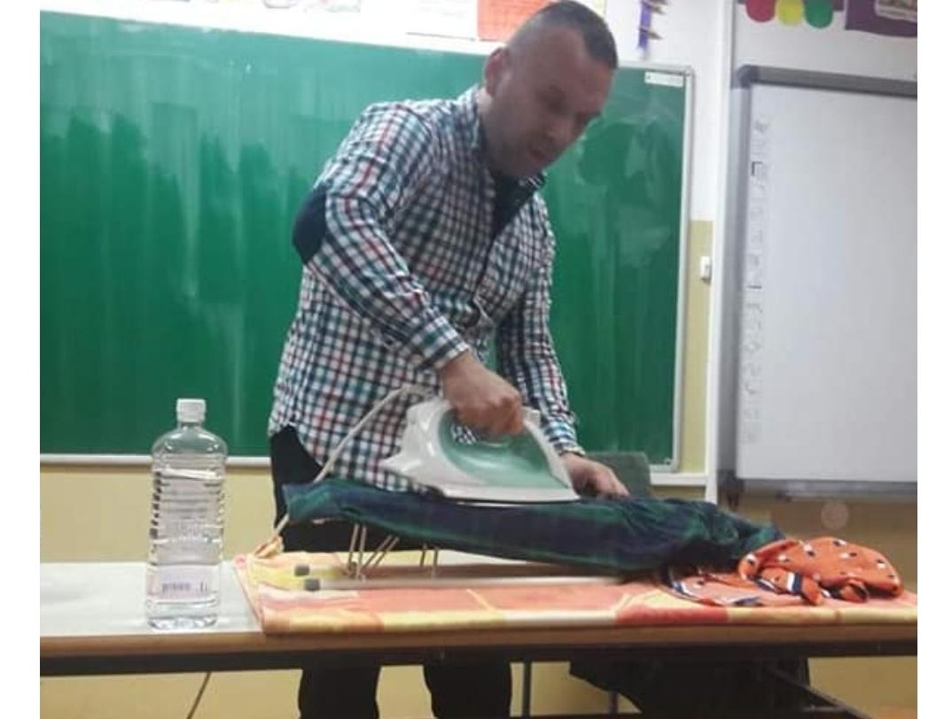 Учитељ Сава из Подгорице учи ђаке да пеглају