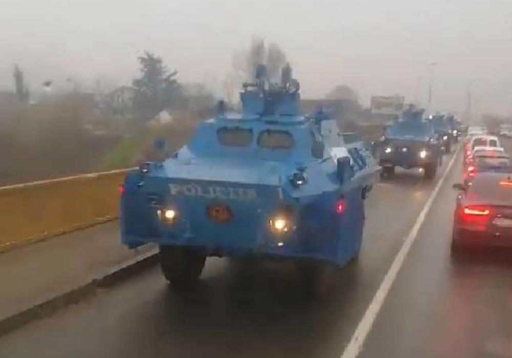 (ВИДЕО) Велики број полицијских оклопних возила стиже у Подгорицу из правца Никшића