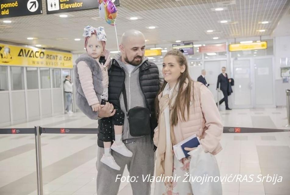 САДА ЋЕ СВЕ БИТИ ДОБРО Мала Хелена стигла с лијечења из Париза након шест мјесеци (ФОТО)