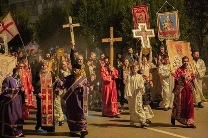 Нова акција у одбрани светиња: Вечерас иконе у руке, изађите на балконе, свака кућа и стан нека буде Црква!