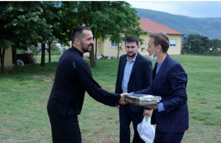 Имами поводом Бајрама посјетили и почастили православног свештеника у Мостару