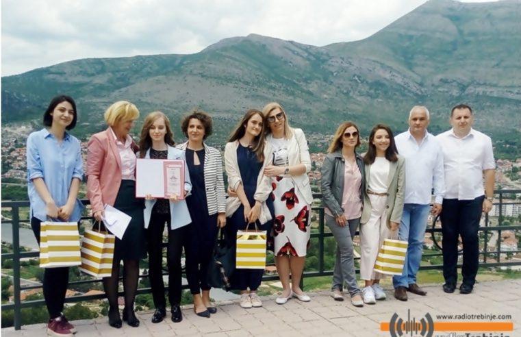 Tребиње: Гимназијалци положили цвијеће на гроб пјесника –  најбољим ученицима уручене награде