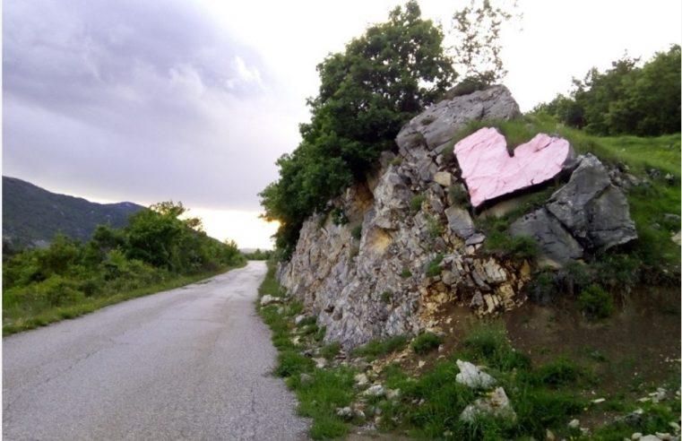 Камено срце покрај пута у Херцеговини