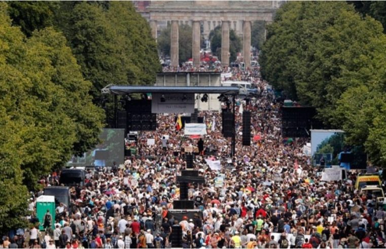 Десетине хиљада људи протестовали у Берлину због мјера против коронавируса