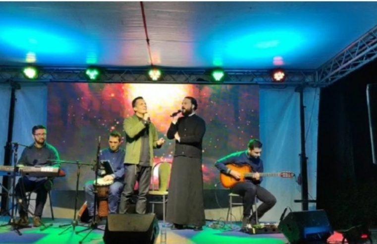 Ђакон Бранислав Рајковић на концерту у Требињу са Армином Музаферијом запјевао познату љубавну пјесму (ВИДЕО)