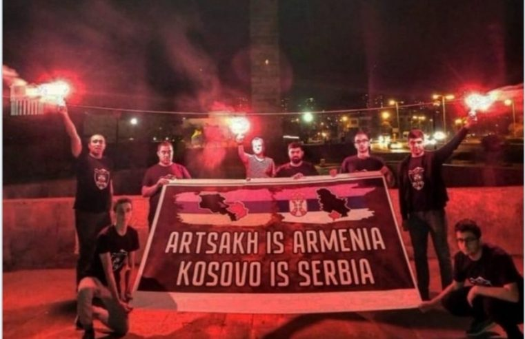 """Навијачи """"Арарат-Јерменије"""" развили транспарент: Арцах је Јерменија, Косово је Србија /фото/"""