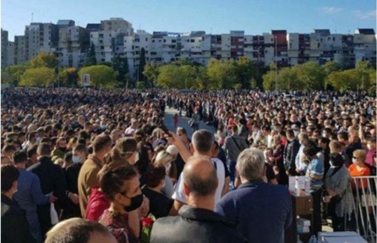Хиљаде људи дочекало ковчег са митрополитом Амфилохијем у Подгорици