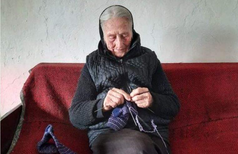 Бака Мика Андријашевић (92) из гатачког села Степен на дар оплела чарапе цијелом селу