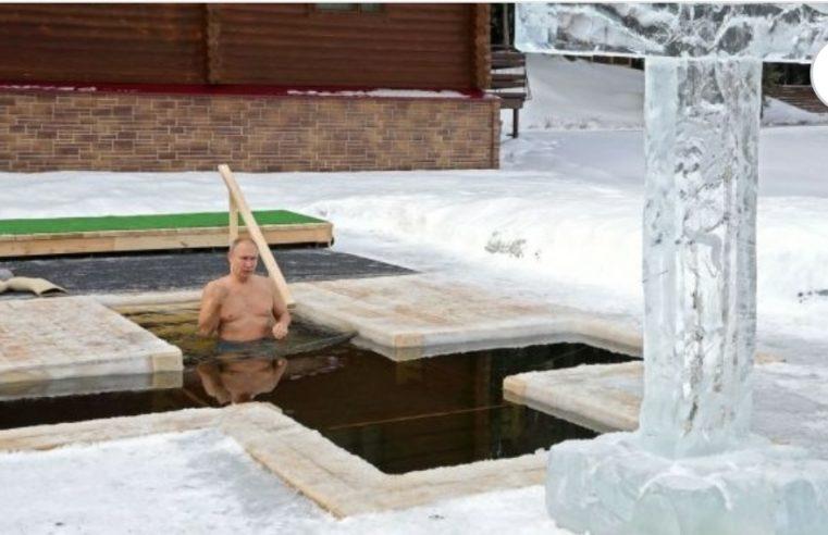 Путин заронио у ледену воду на Богојављење /фото, видео/