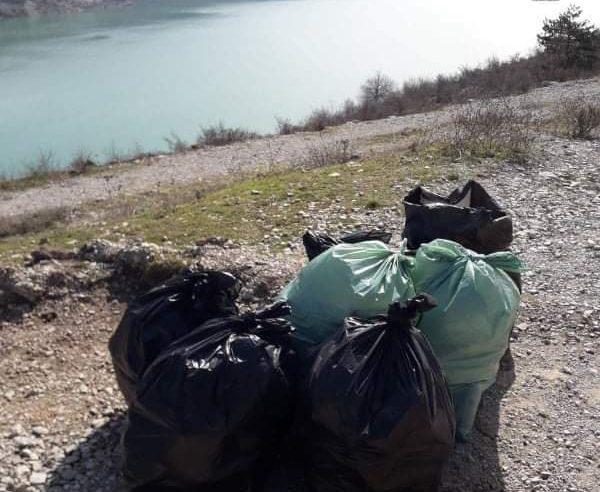 Радници Туристичке организације Билећа у акцији чишћења смећа око Билећког језера