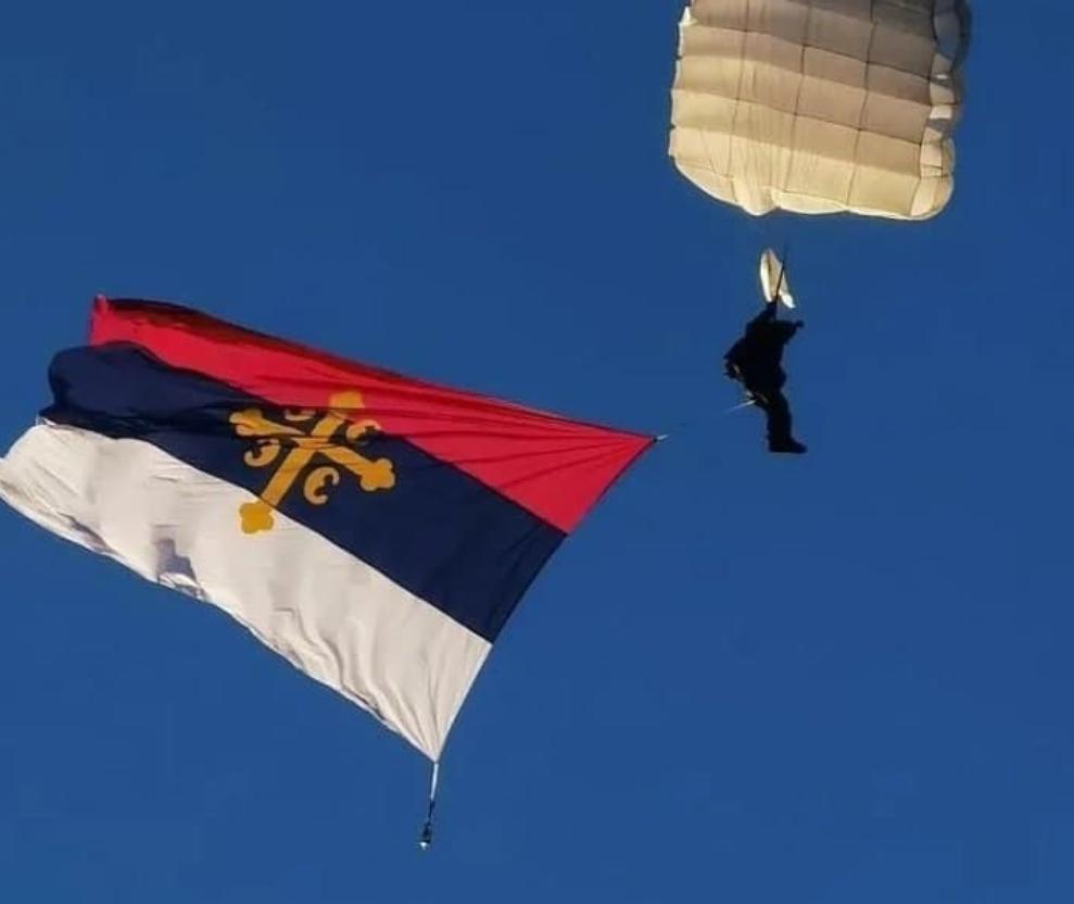 Владико, соколе! Владика Јован скакао падобраном у Беранама